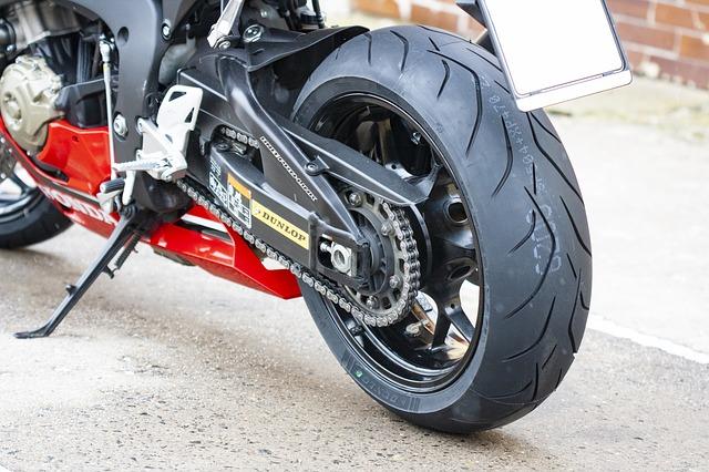 La pression des pneus d'une moto: une importance capitale